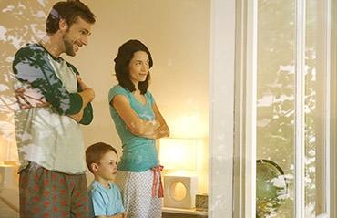 Junge Familie sieht aus dem Fenster