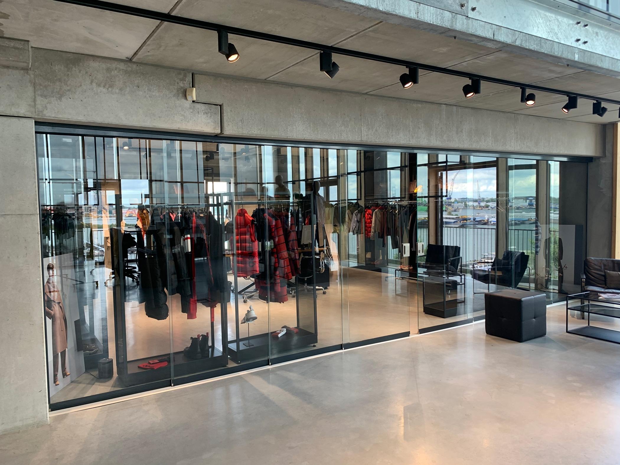 8-tlg. Glasschiebetüren im Innenbereich montiert