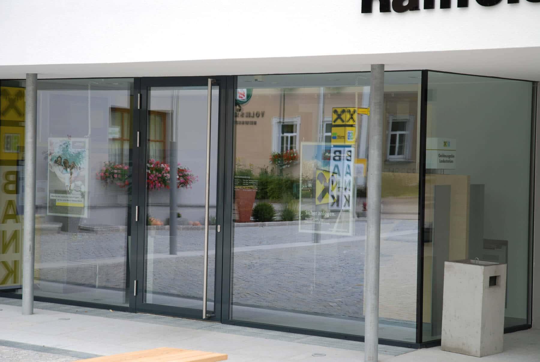 Alu-Eingangstüre mit Nurglas-Konstruktion