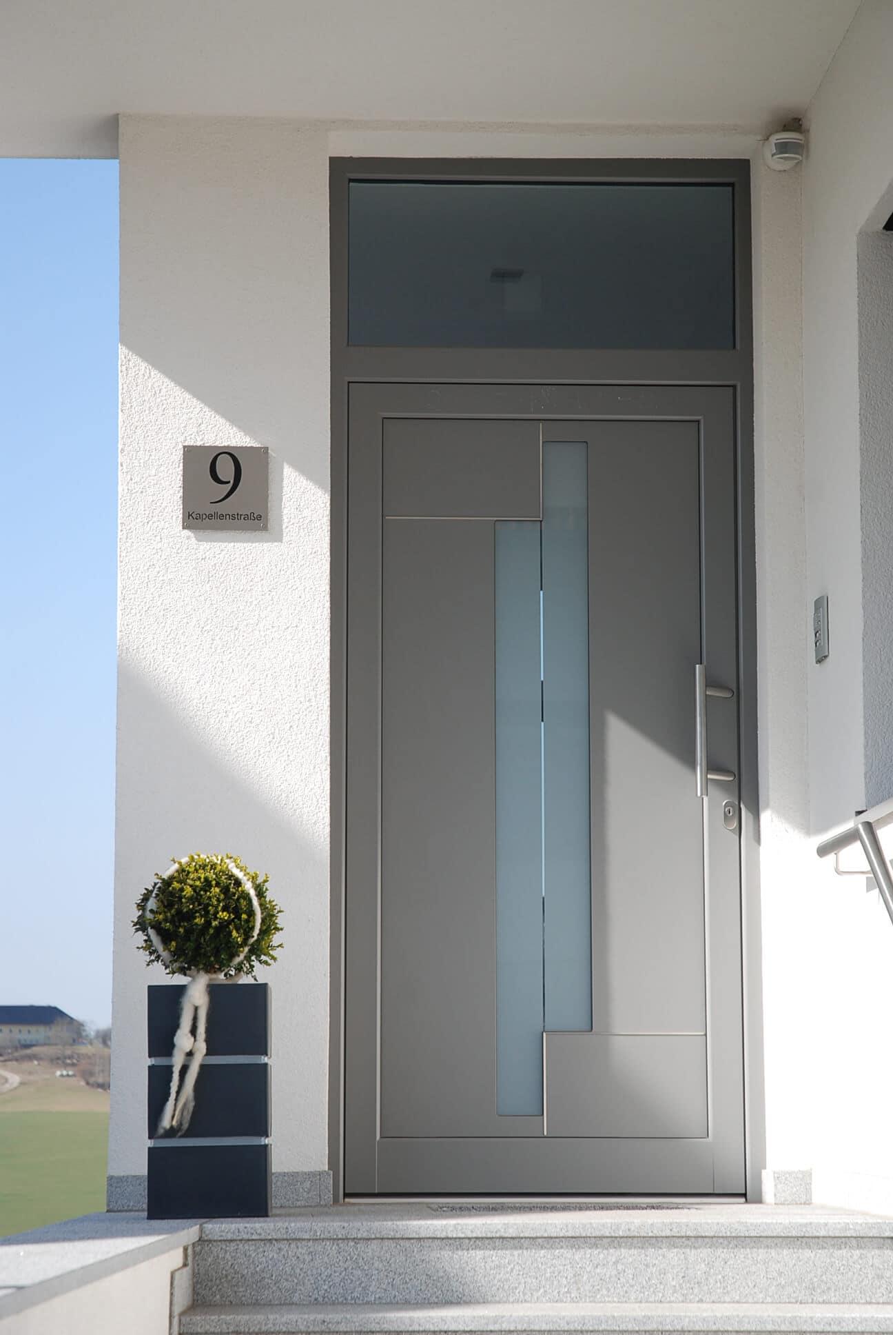 Aluminium-Eingangstüre in grau