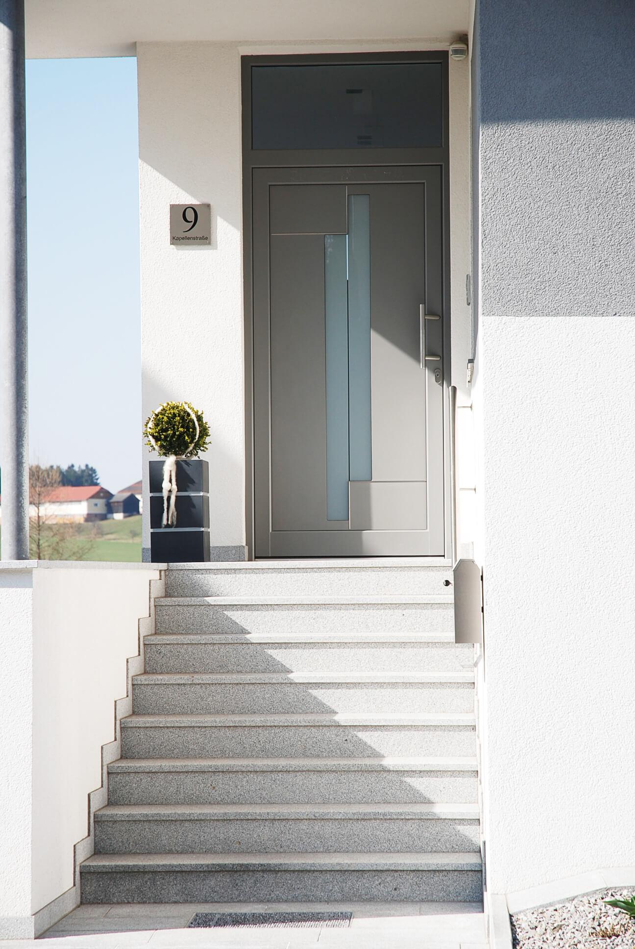Aluminium Hauseingangstüre in Grau mit Milchglas