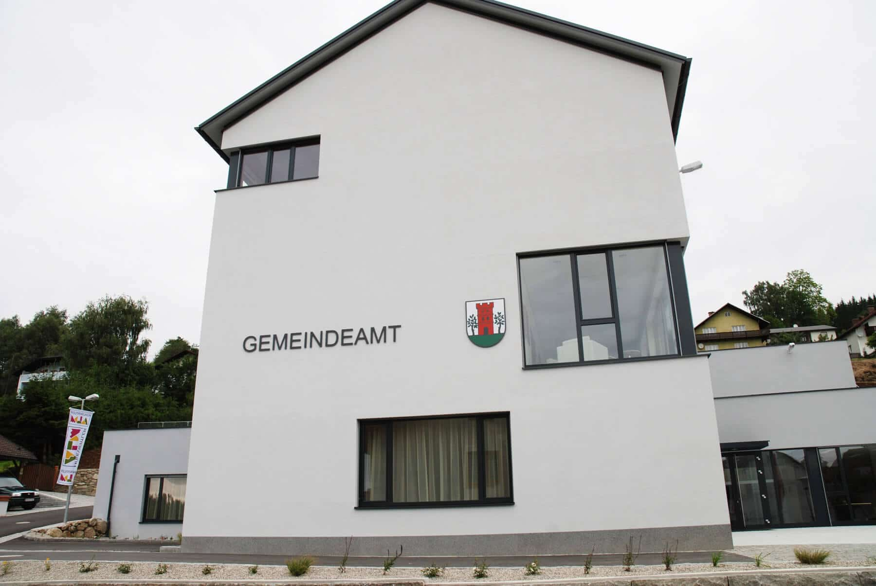 Aluportale und Fenster für Gemeindeamt