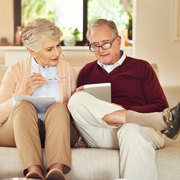 Angebotsvergleich älteres Paar