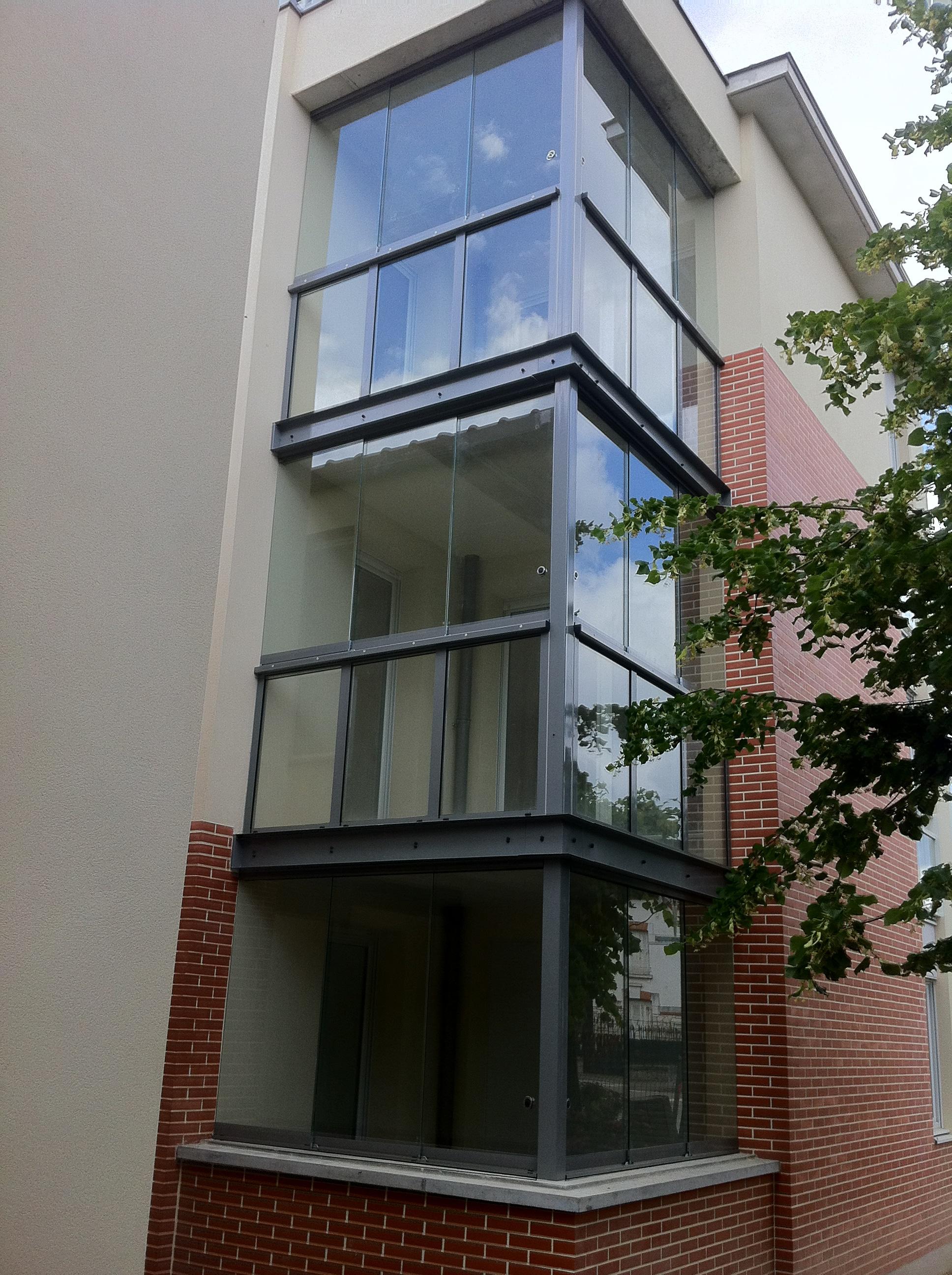 Balkonverglasung mit transparentem Gelände
