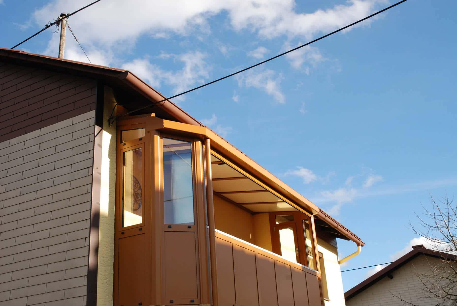 Balkonverglasung ockerbraun mit Seitenteilen und geschlossenem Dach