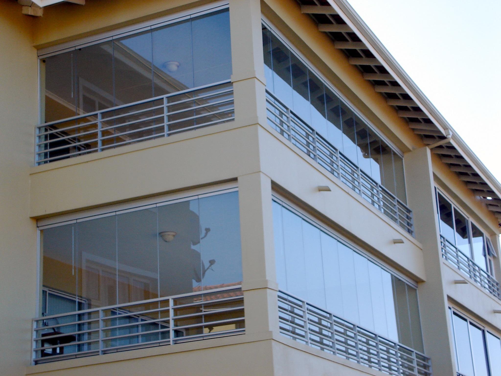 Balkonverglasung zur Seite geschoben & geklappt