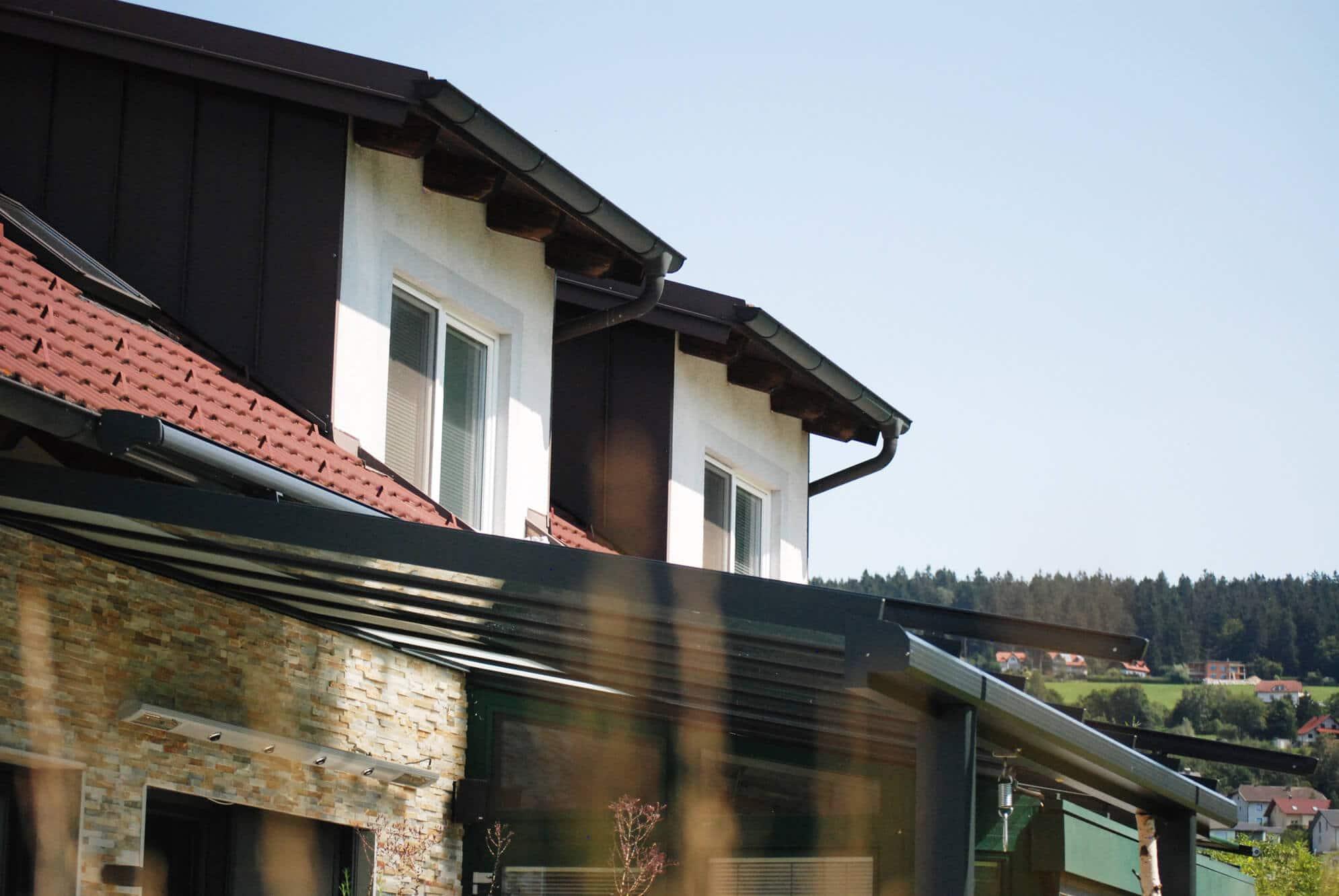 Beispielbilder einer Terrassenüberdachung mit Infrarot Heizstrahler an Wand montiert