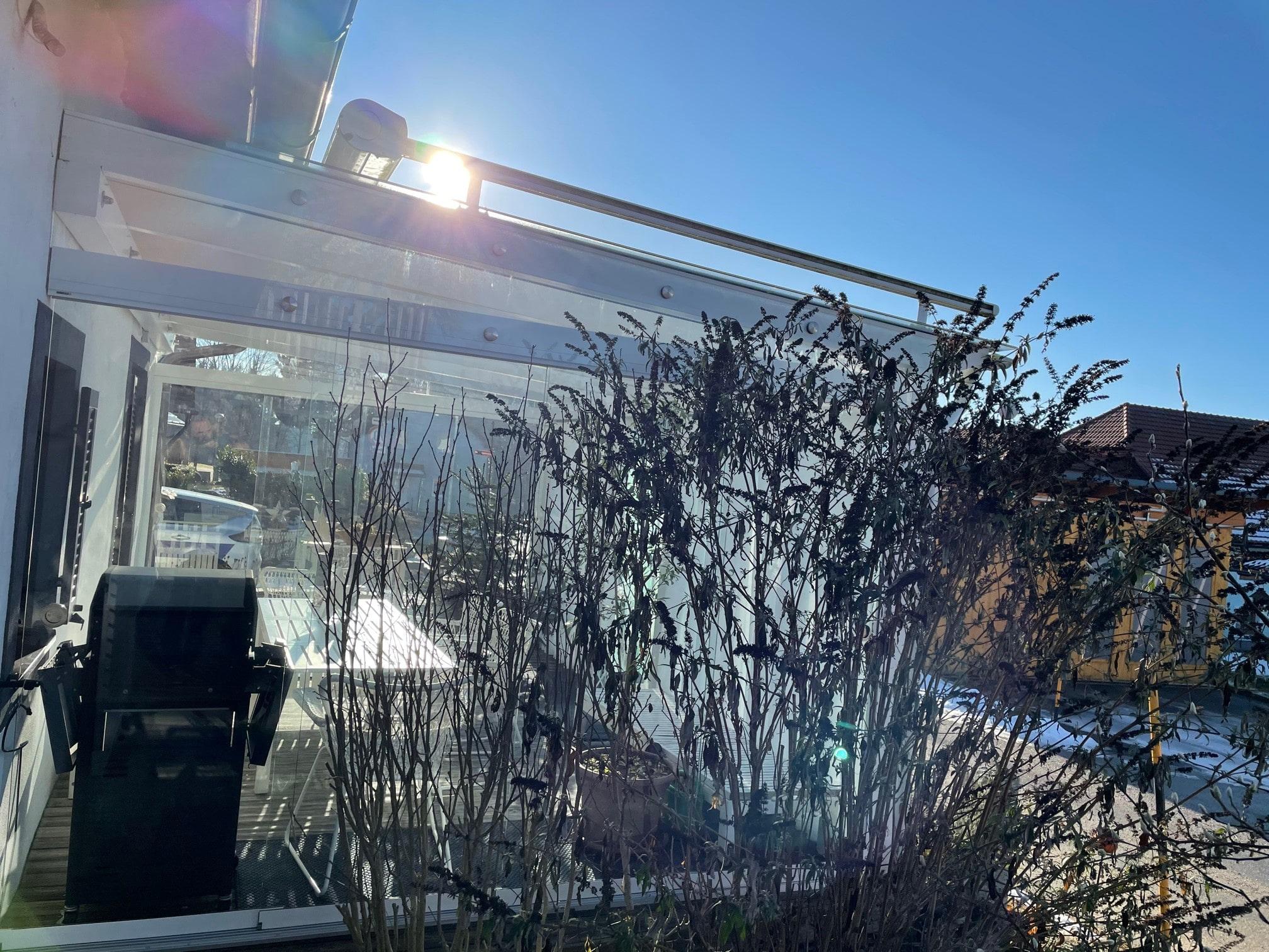 Bestehende Glasüberdachung mit Schiebeelementen als Windschutz verbauen