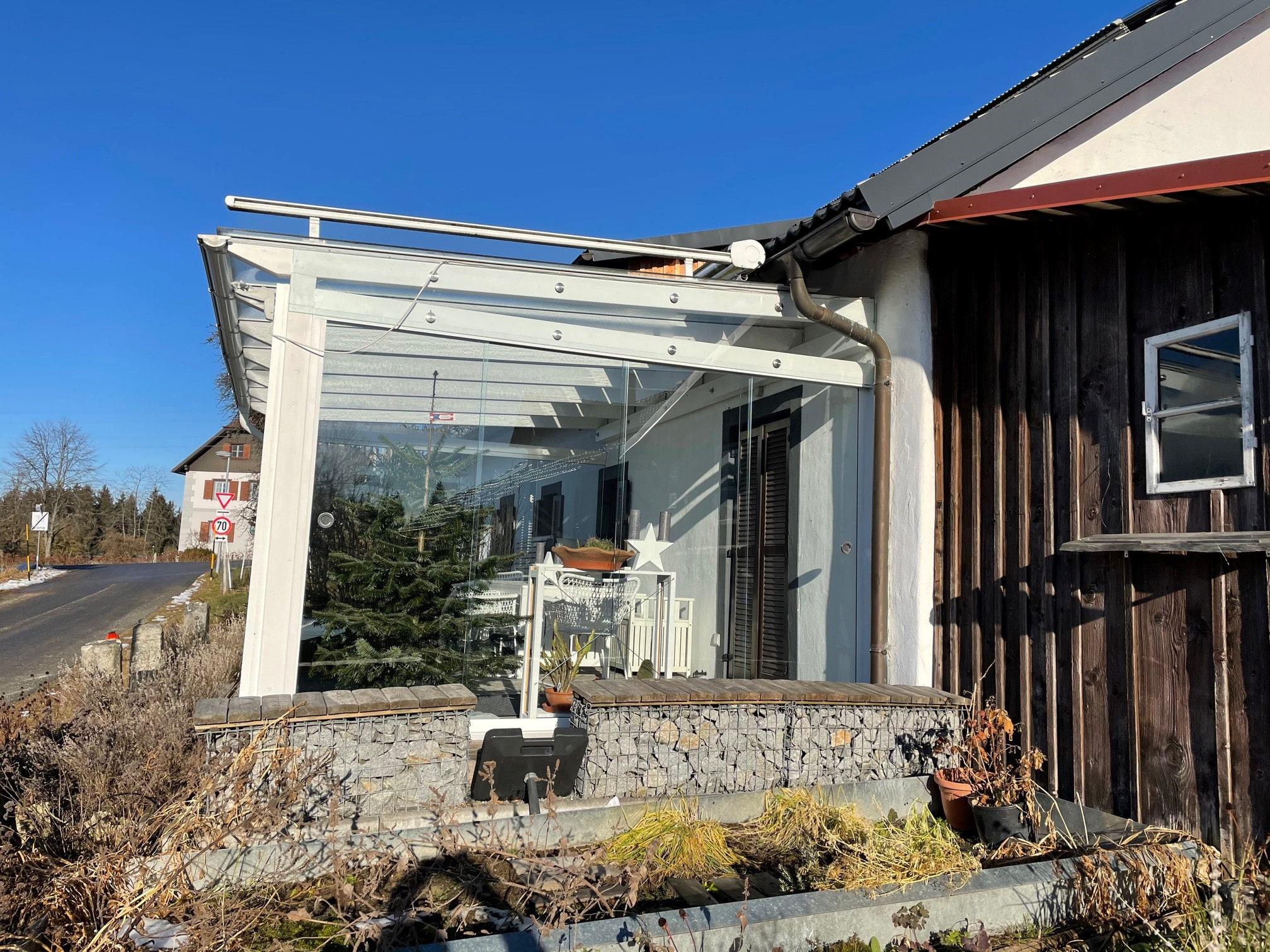 Bestehende Überdachung aus Holz mit Glas Seitenwänden schließen