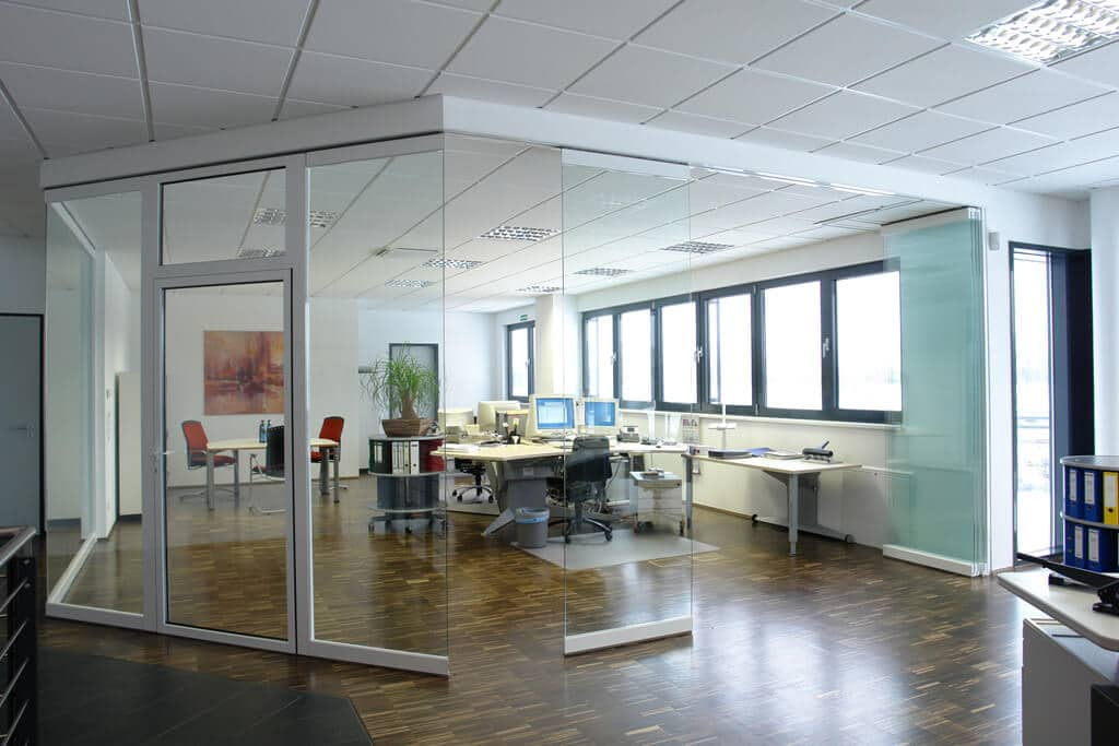 Büro Trennwandsystem mit Falttüren Glas