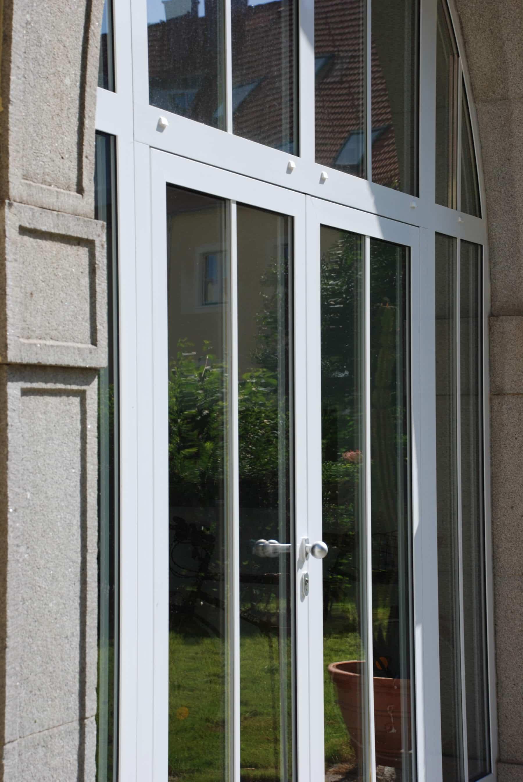 Detail Aluminium Eingangstüre in weiß