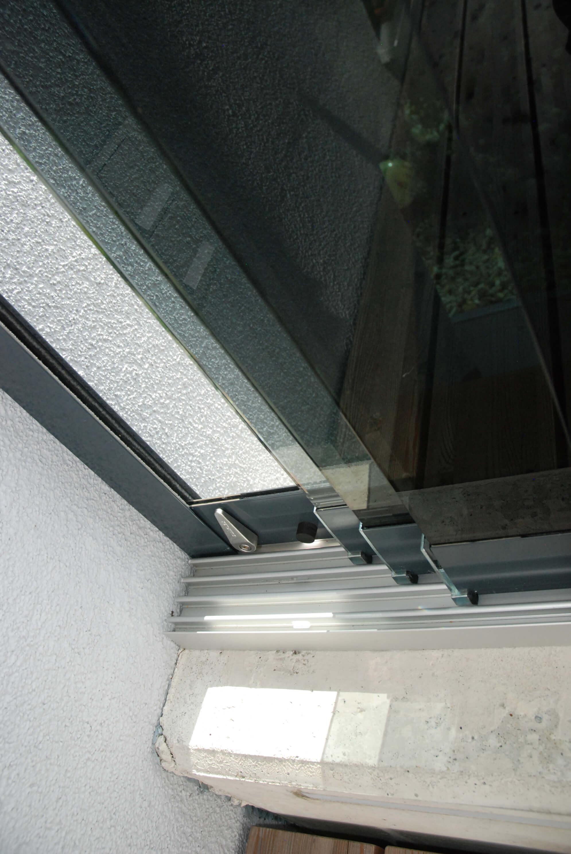 Detail Glasschiebewand Bodenschiene mit Laufwagen