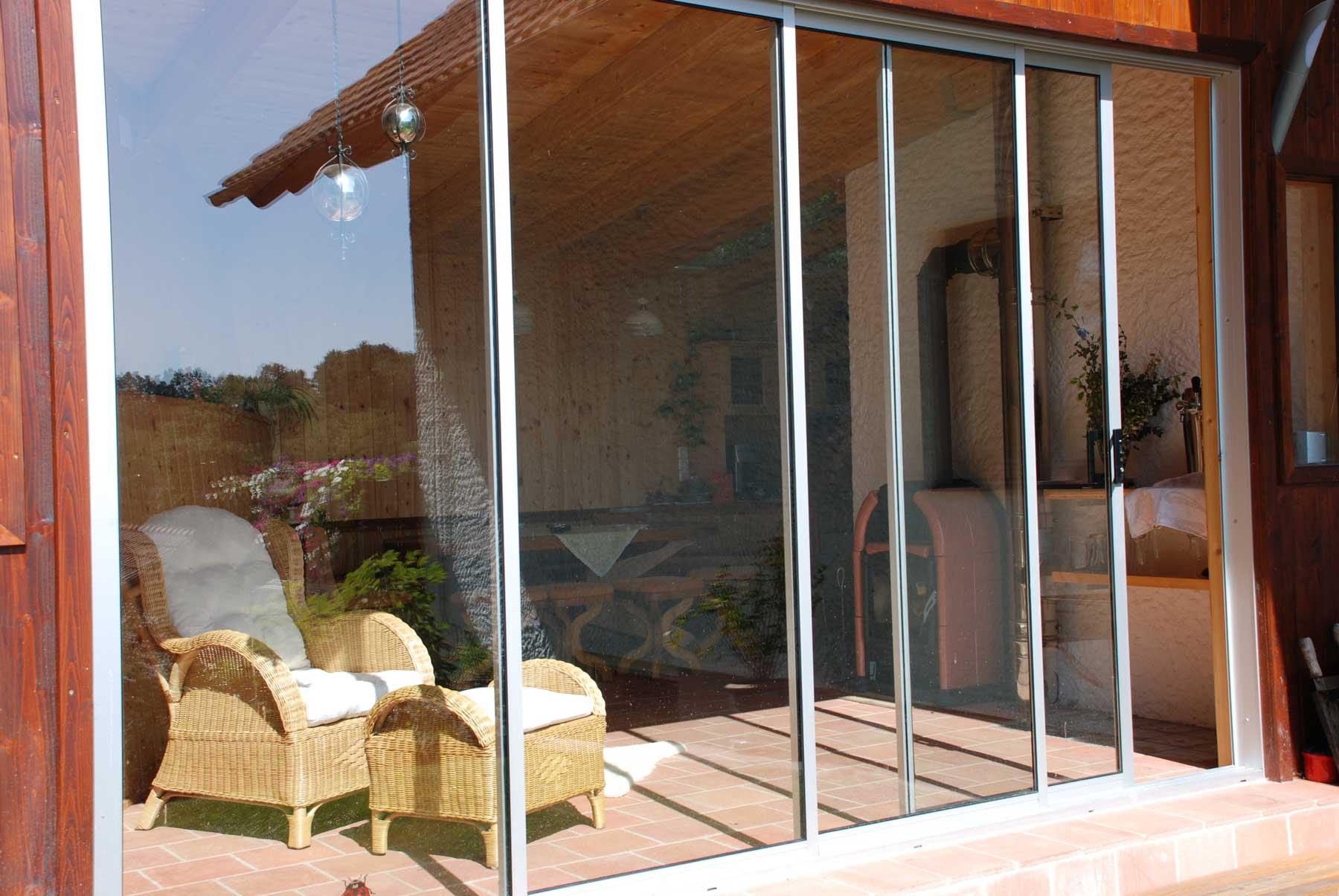detailansicht neher schiebet ren mit glas in holzhaus montiert. Black Bedroom Furniture Sets. Home Design Ideas