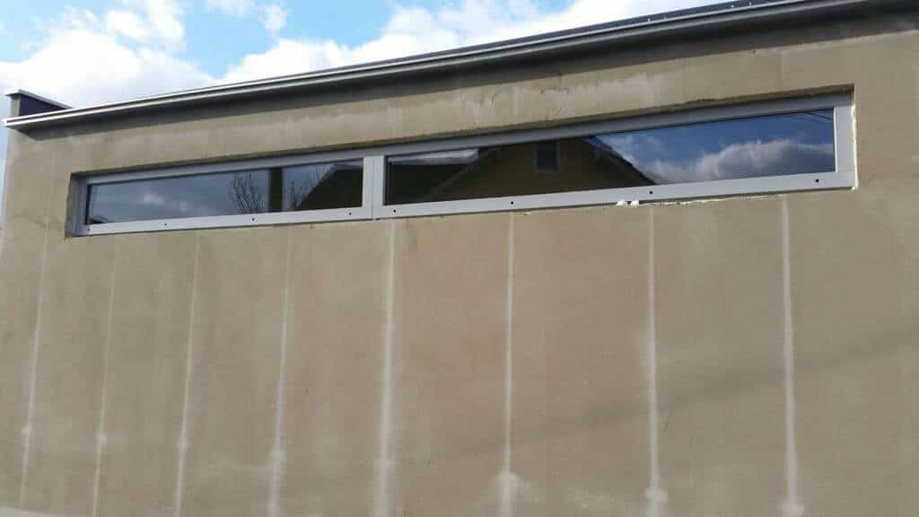 Ein neues Poolhaus mit schmalen Oberlicht-Fenstern entsteht