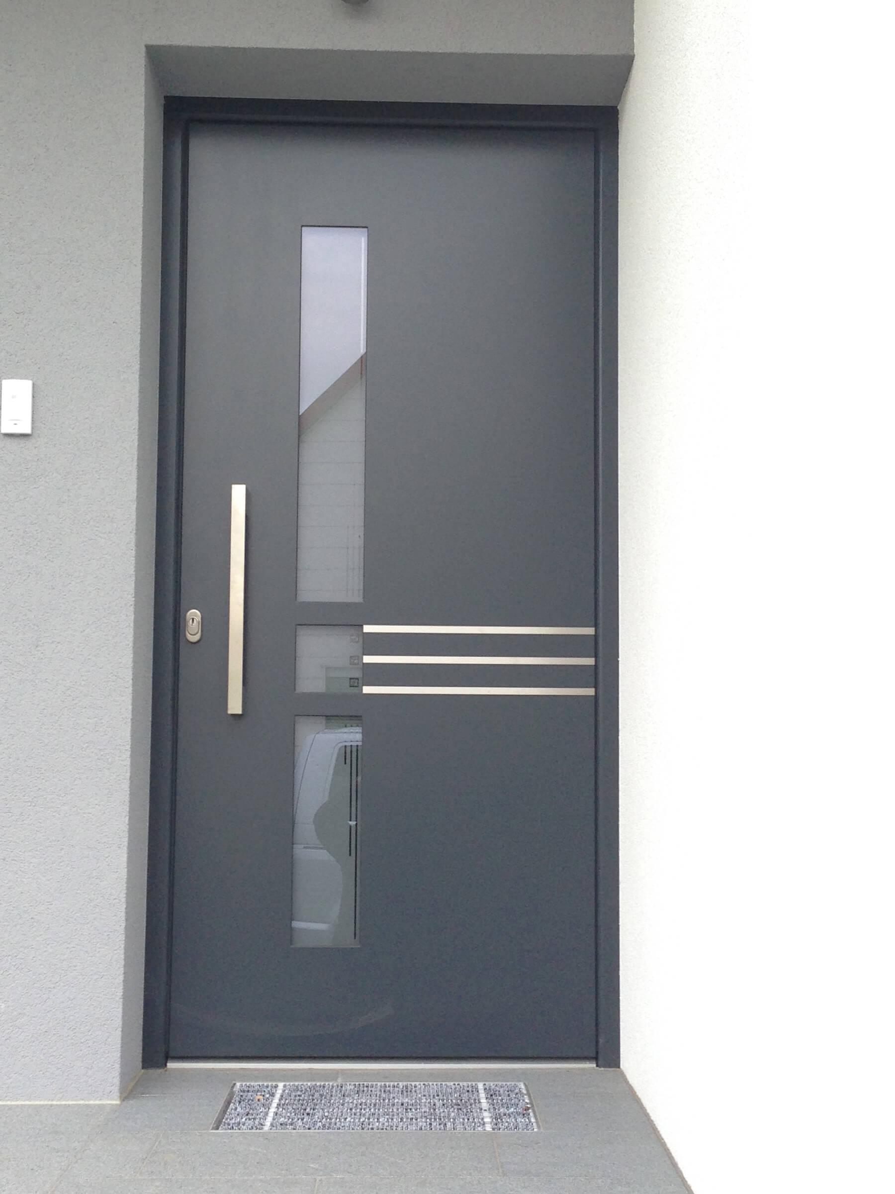 Eingangstüre flächenbündig außen in anthrazit und Edelstahllisenen