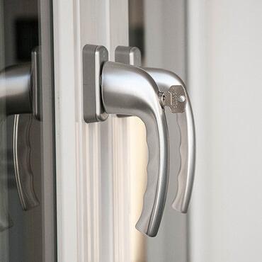 Energieeffiziente Sicherheitsfenster mit Sicherheitsgriff absperrbar