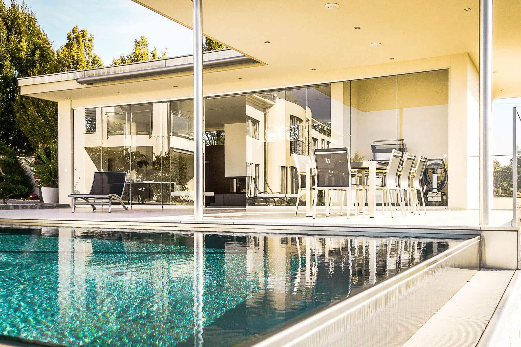 Exklusives Poolhaus mit Glasschiebetüren