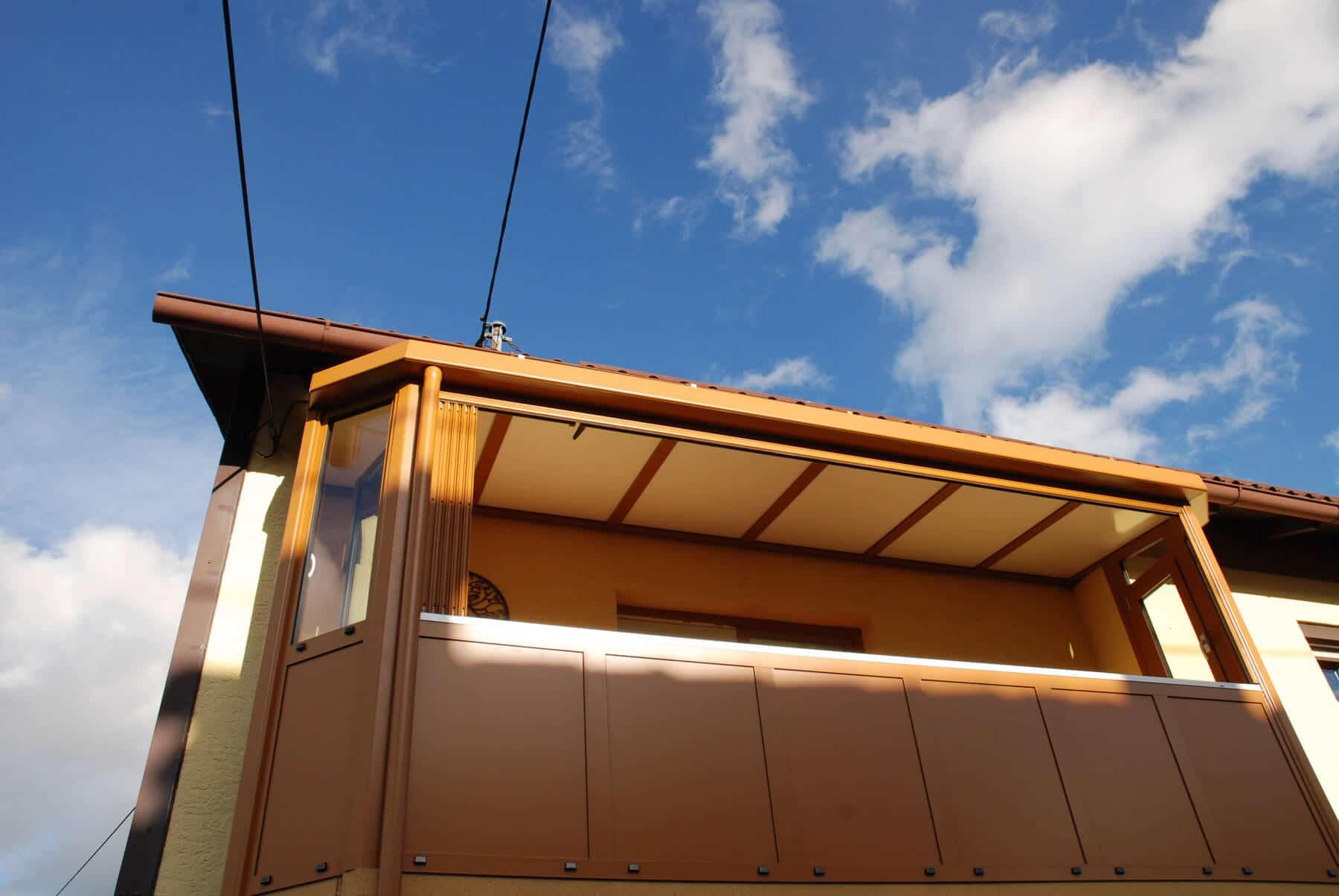 Faltbarer Balkonverbau in ockerbraun