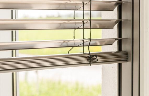 Raffstore für Fenster