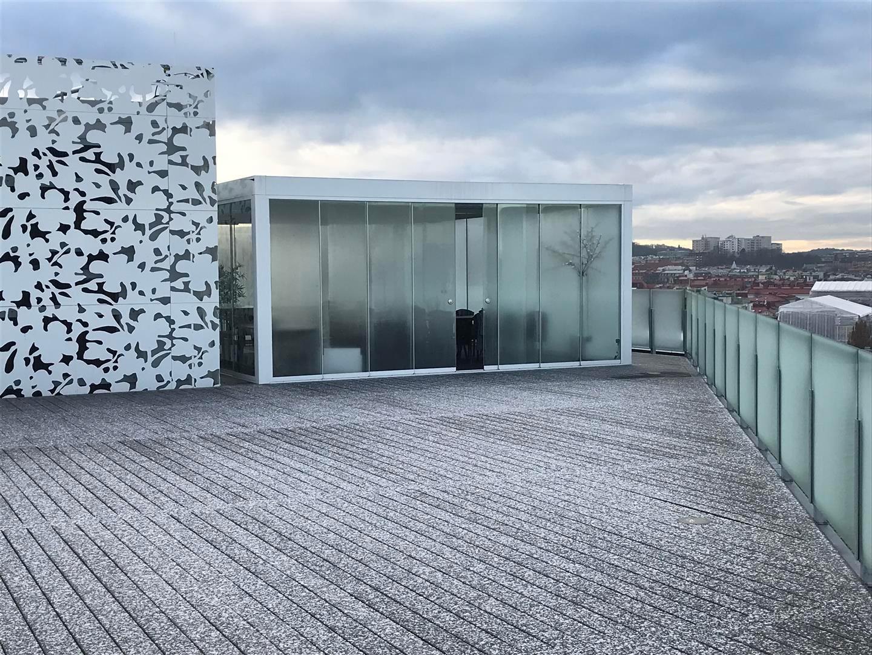 Freistehende Wintergartenkonstruktion auf Dachterrasse mit Glasschiebetüren