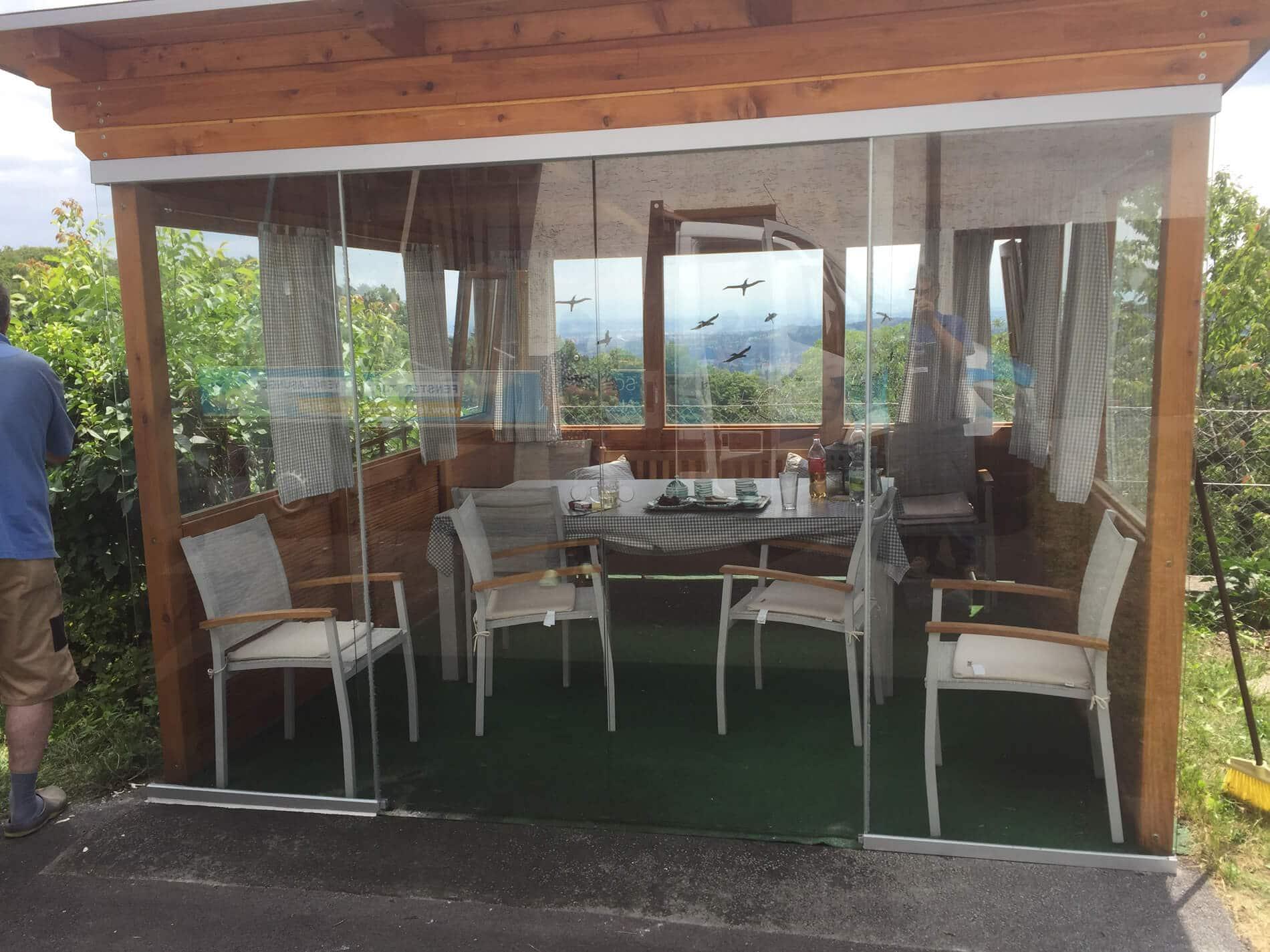 moderne terrassen berdachung in grau mit windschutz zum. Black Bedroom Furniture Sets. Home Design Ideas