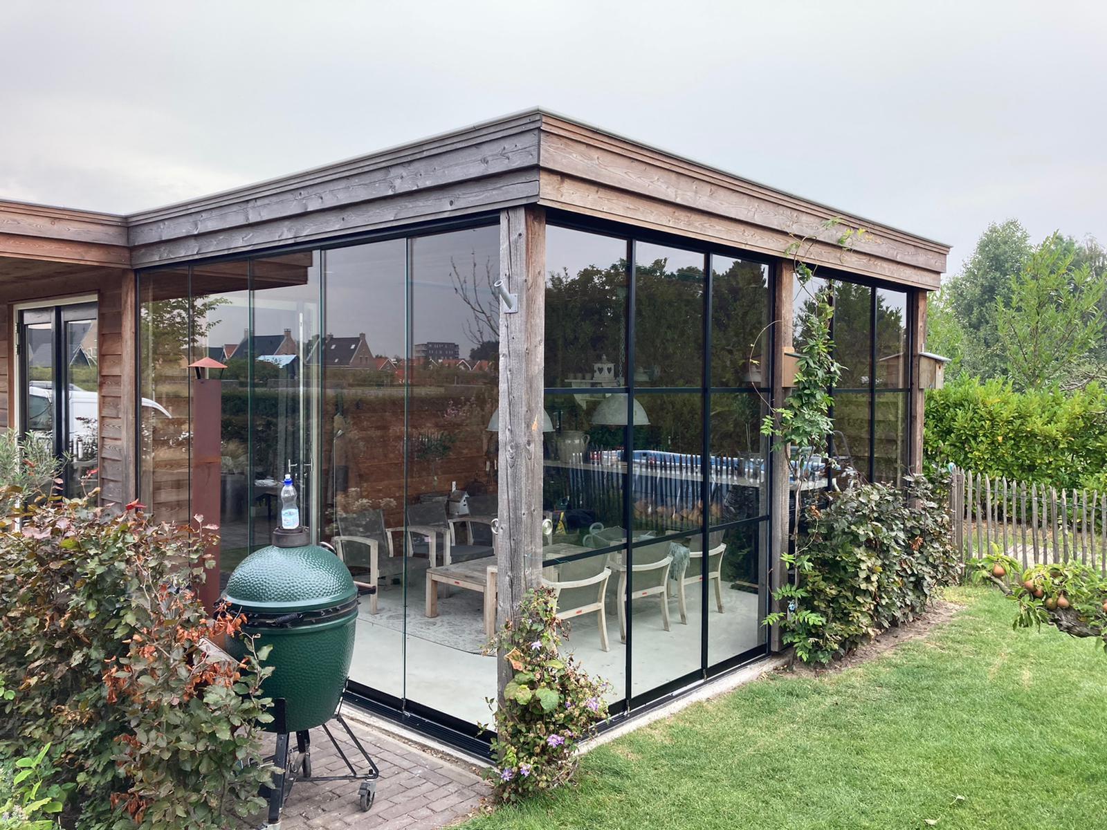 Gartenhaus mit Glasschiebetüre ohne und mit Rahmen