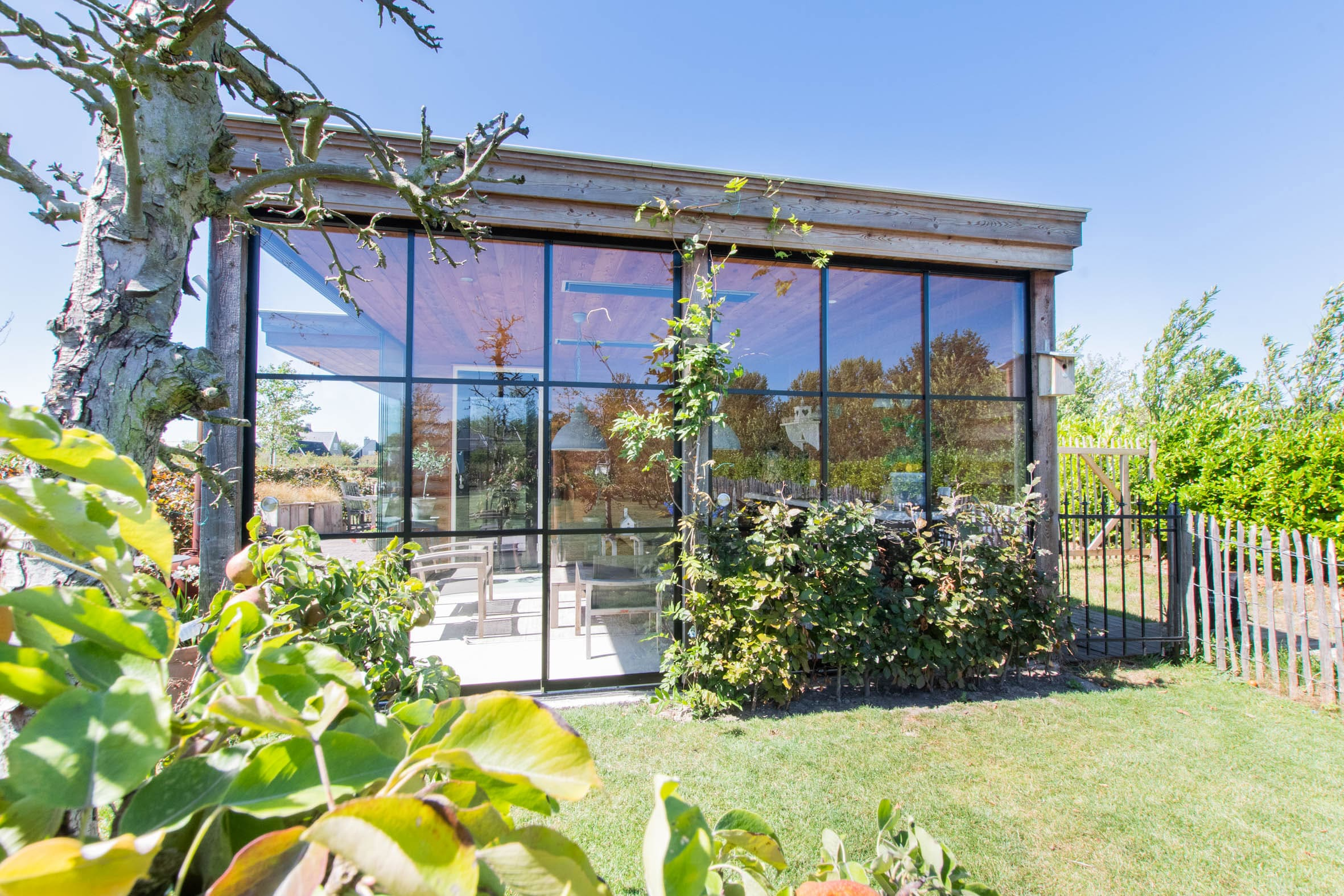 Gartenhaus mit passgenauen Schiebetüren im Industrial Style