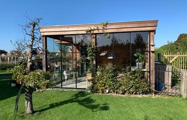 Gartenhausfenster und Schiebetüren