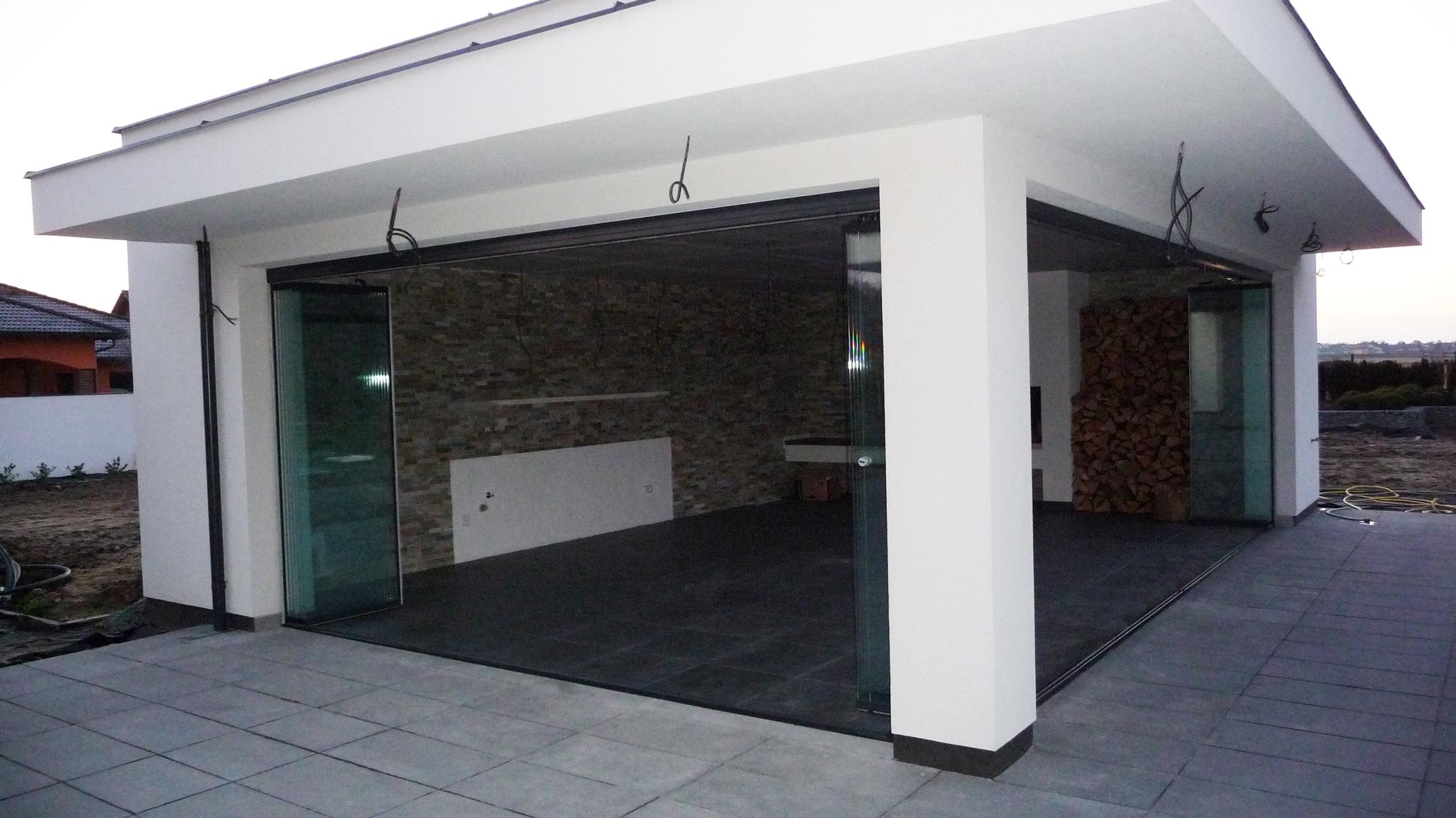 Gemauerte Gartenhäuser mit Schiebe-Falt-Verglasungen