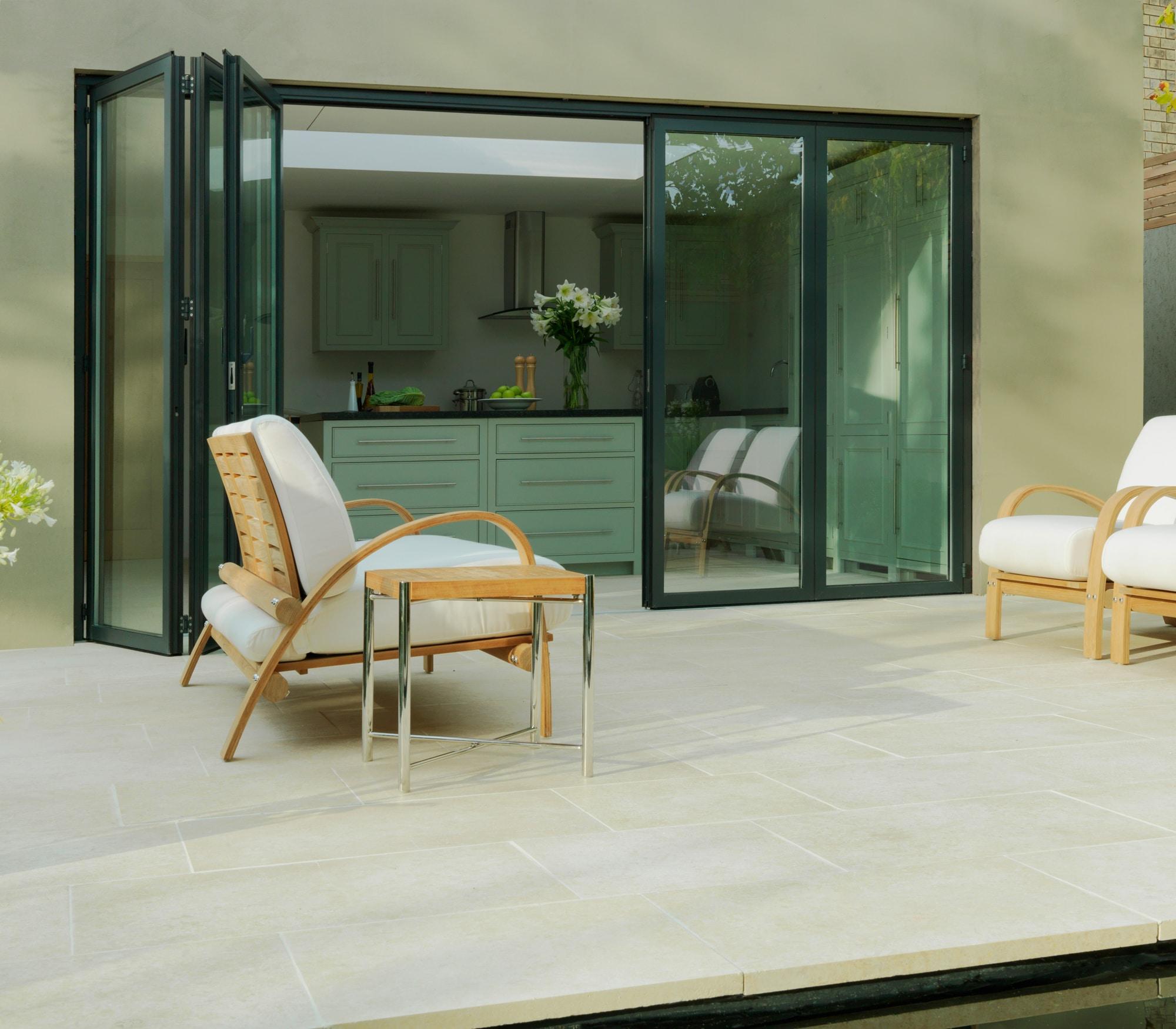 Glas Falttüre von der Küche auf die Terrasse