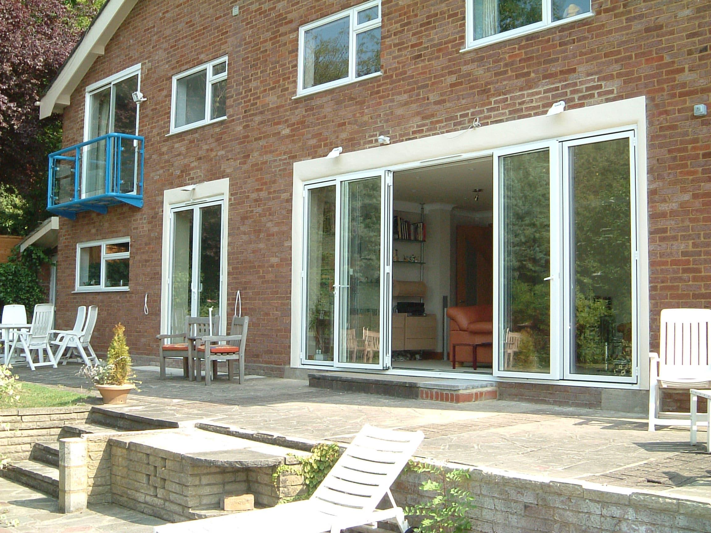 Glas Falttüren nach außen öffnend