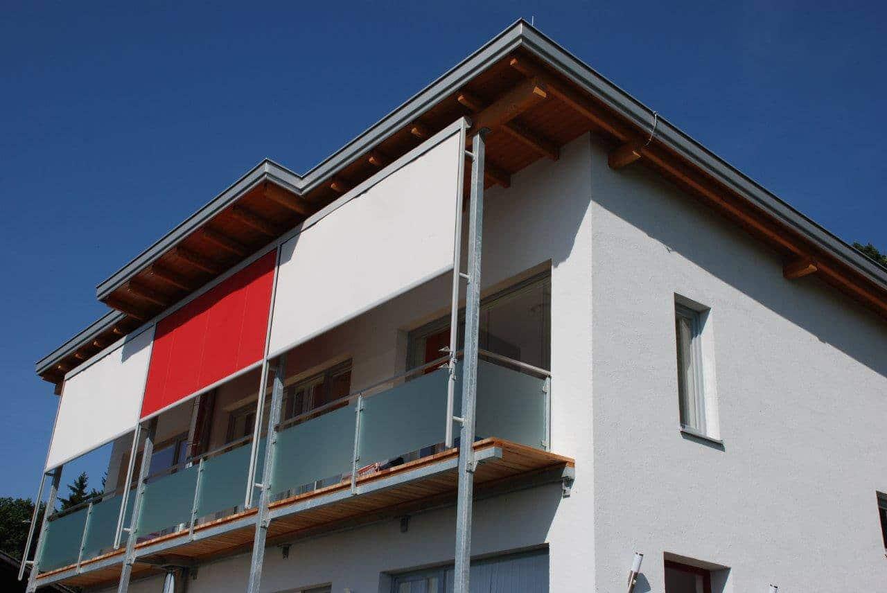 Glasgeländer und Balkon-Beschattung
