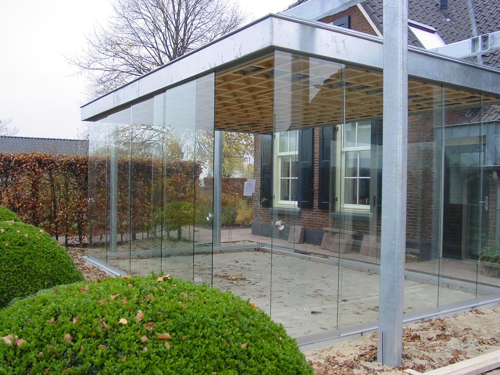 Glasschiebetüre in bauseitig montierter Stahlkonstruktion