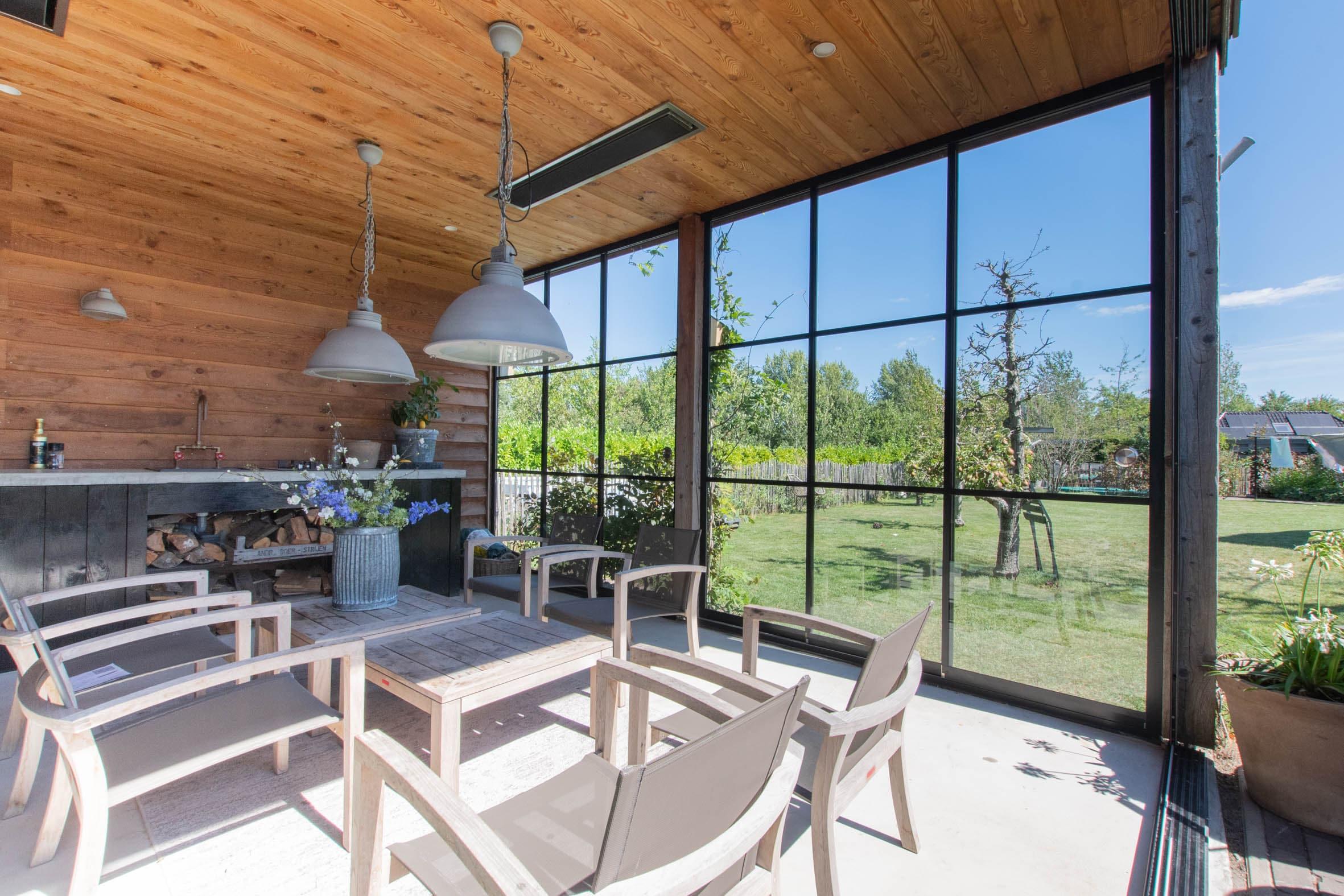 Glasschiebetüren im rustikal Style für Gartenhaus