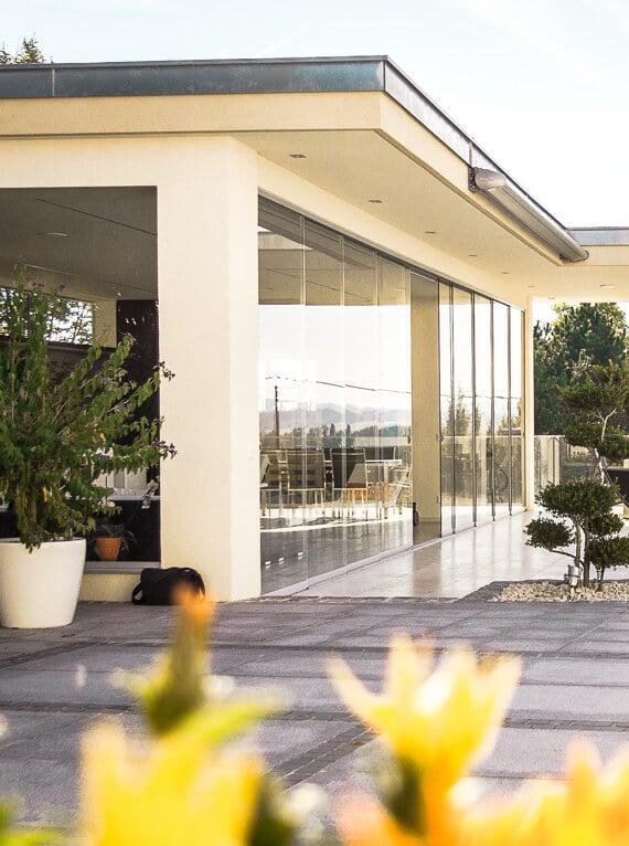 Glasschiebetüren für modernes Poolhaus