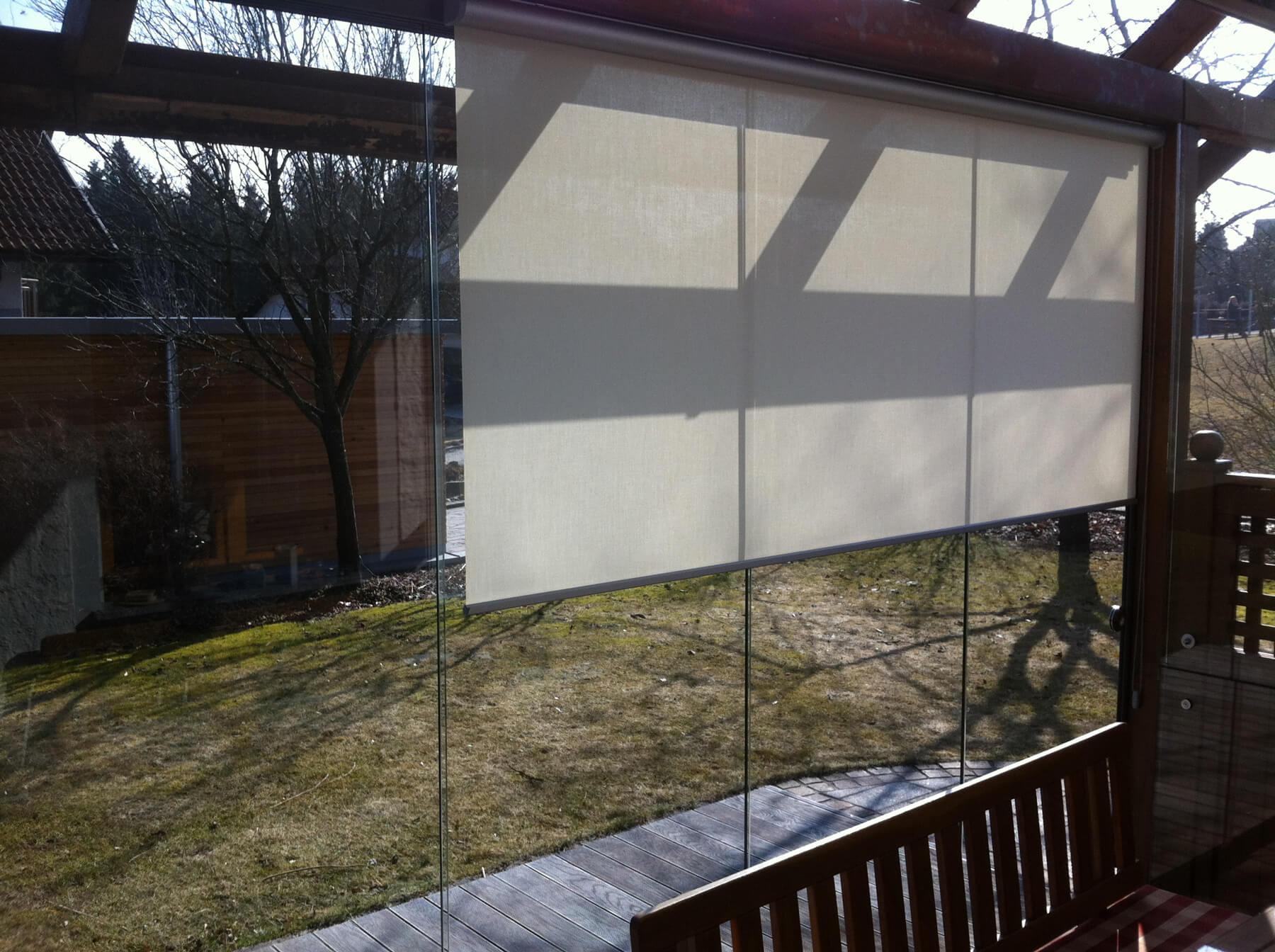 Glasschiebewand mit Innenrollo