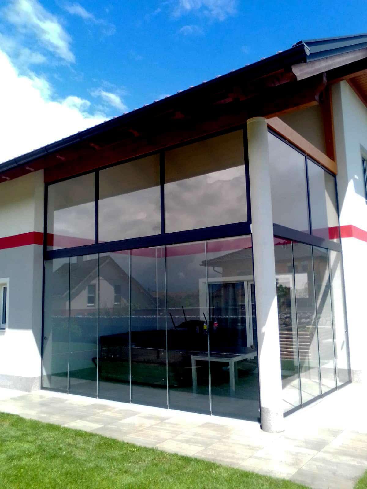 Glasschiebewand mit Oberlichte als Windschutz
