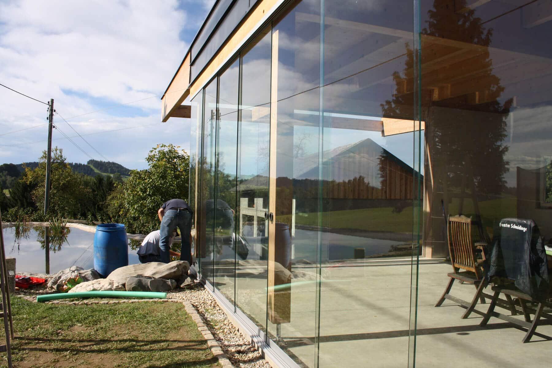 Glastüren schiebbar in Holzkonstruktion montiert