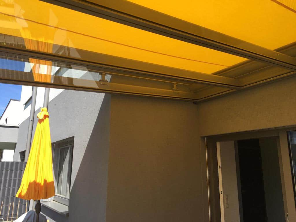 Glasüberdachung mit Beschattung außen drauf