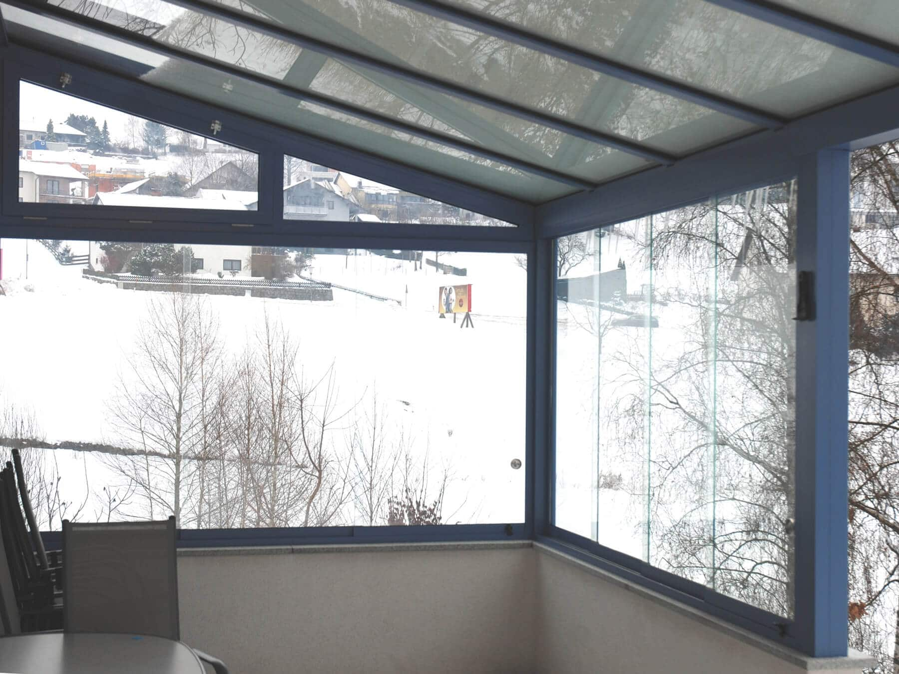 Glasüberdachung mit seitlichen Windschutz in taubenblau