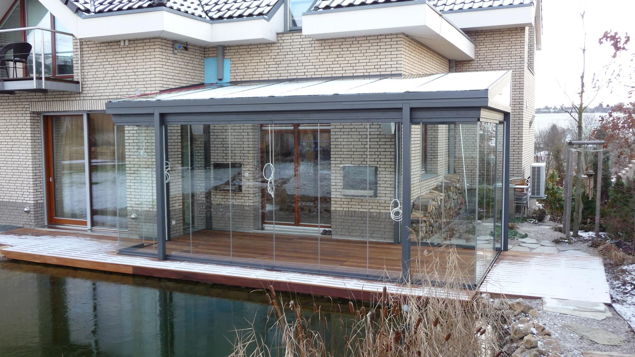 Glasüberdachung modern mit Glaswänden
