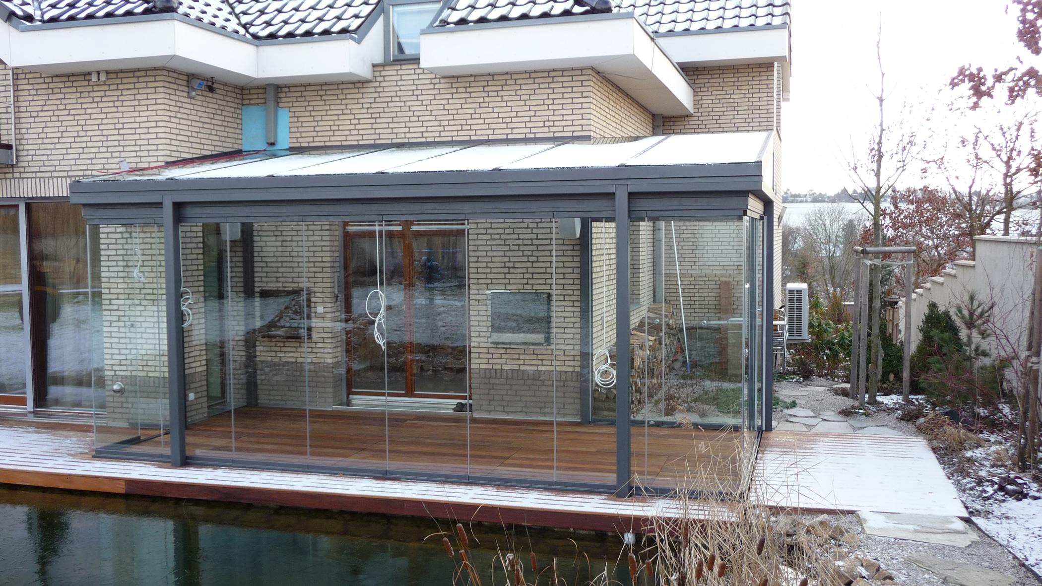Glasüberdachung seitlich mit Glas geschlossen