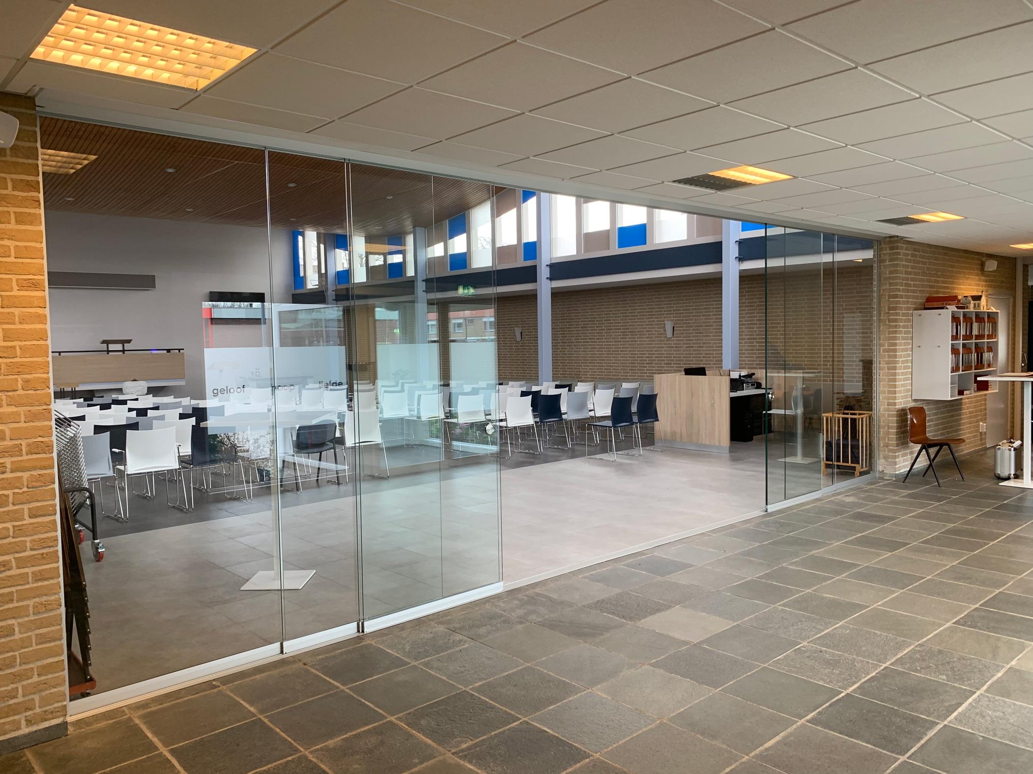 Glaswand Raumteiler mit Schiebetüren