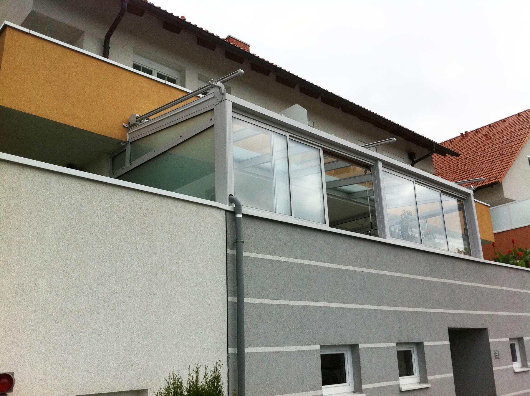 Grauer Wintergarten auf Balkon