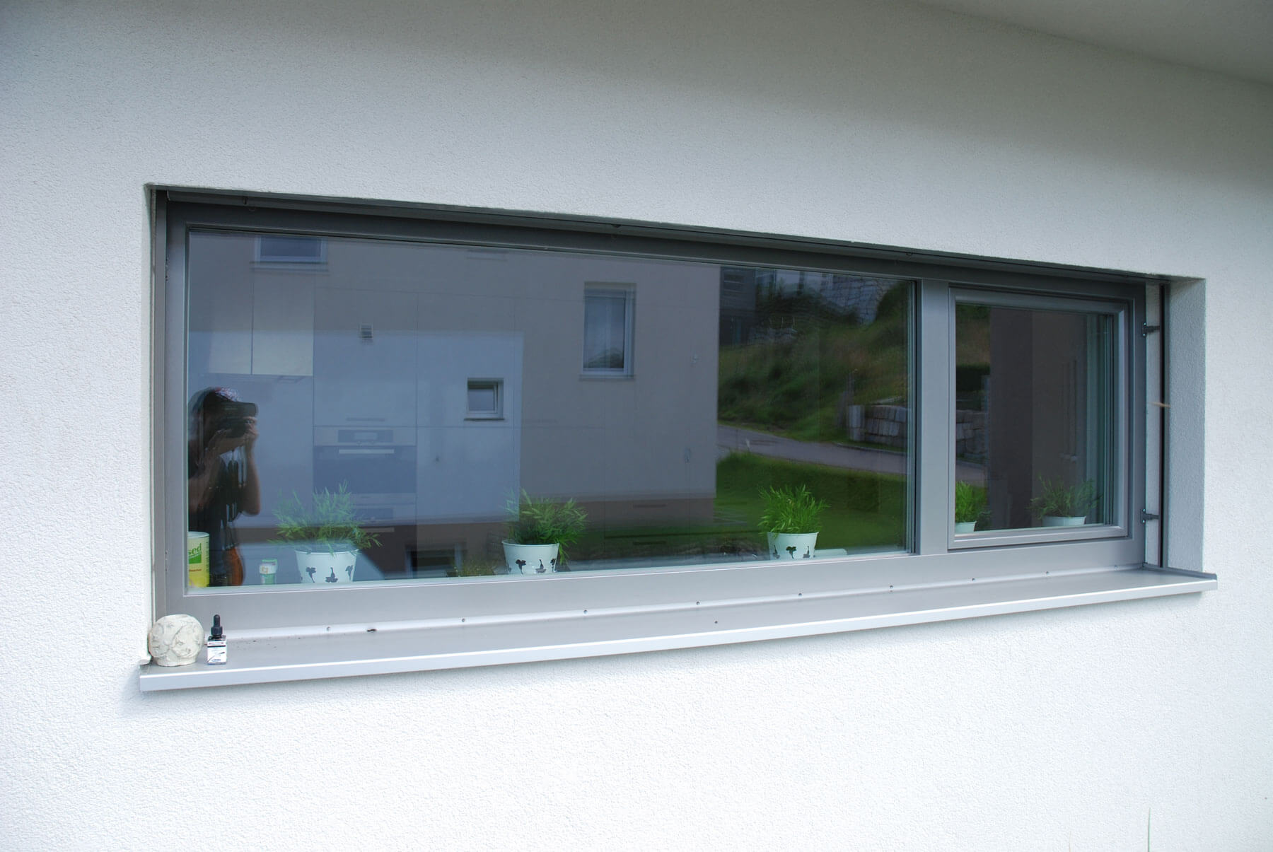 Graues Fenster mit Raffstore
