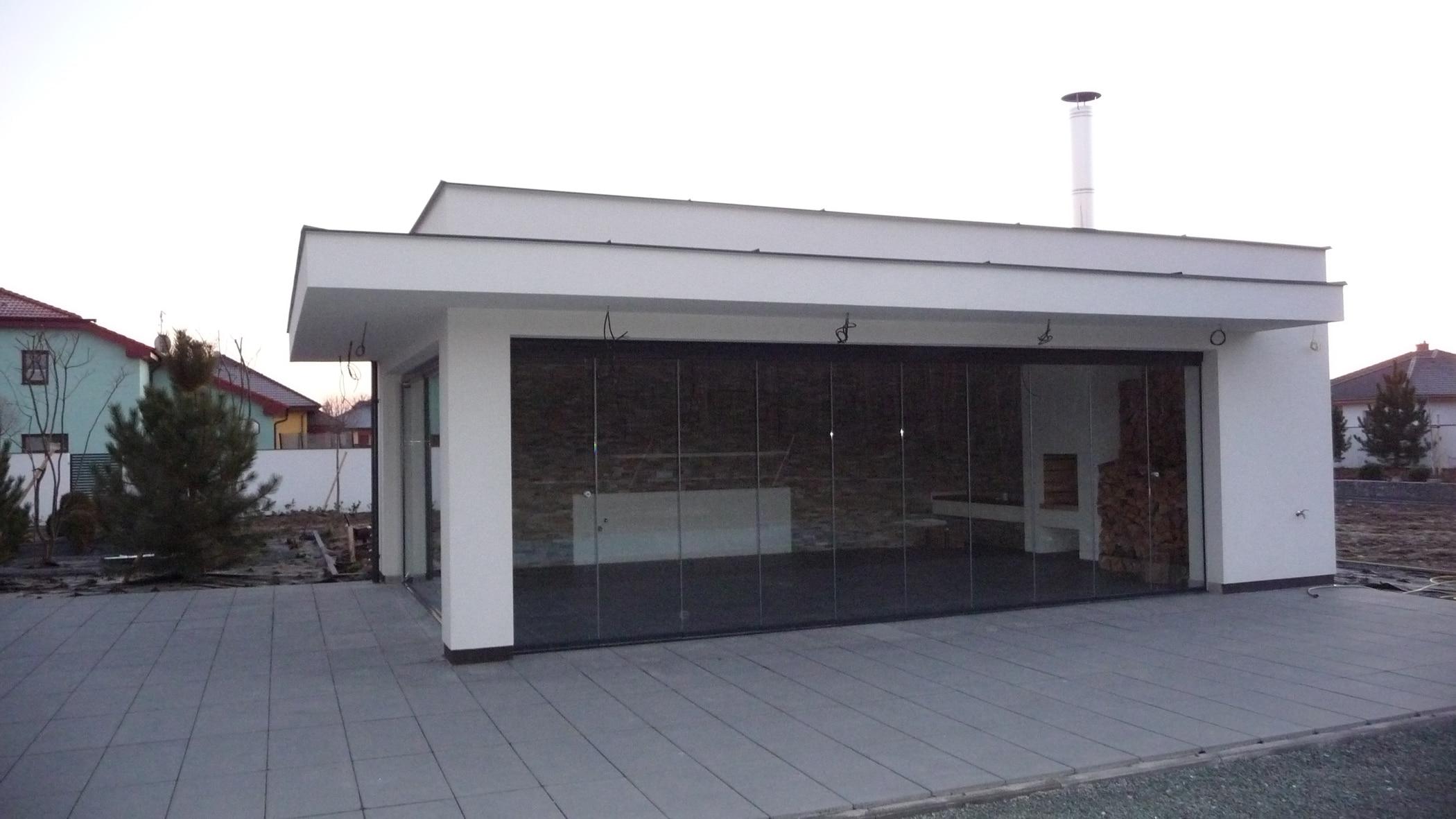 Großes Poolhaus mit Glasschiebewand