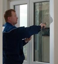 Saubere Glasleistenmontage beschließt die Montage der neuen Glasscheibe
