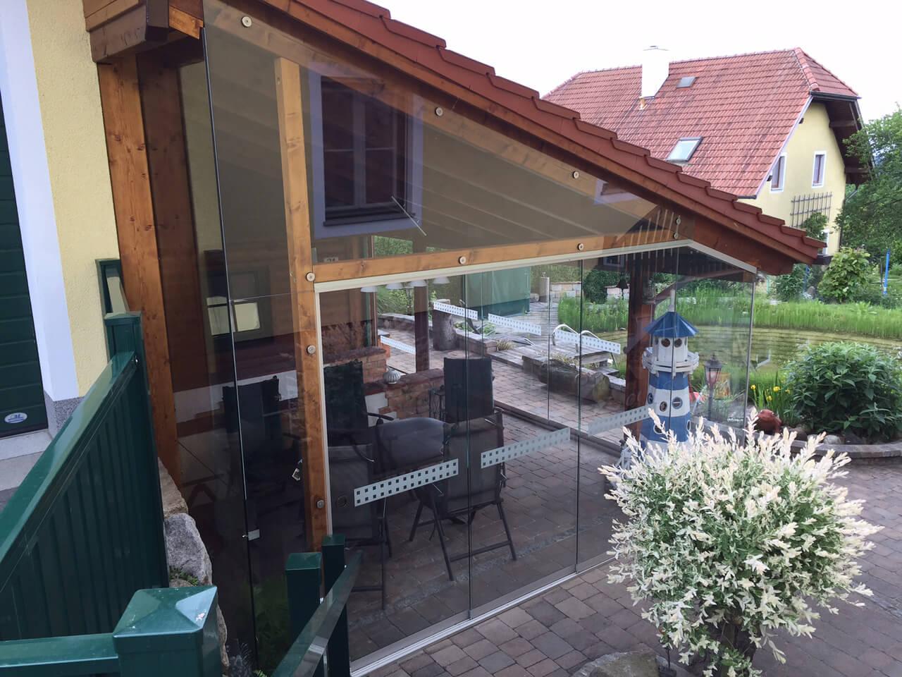 Holzkonstruktion mit Glas schließen
