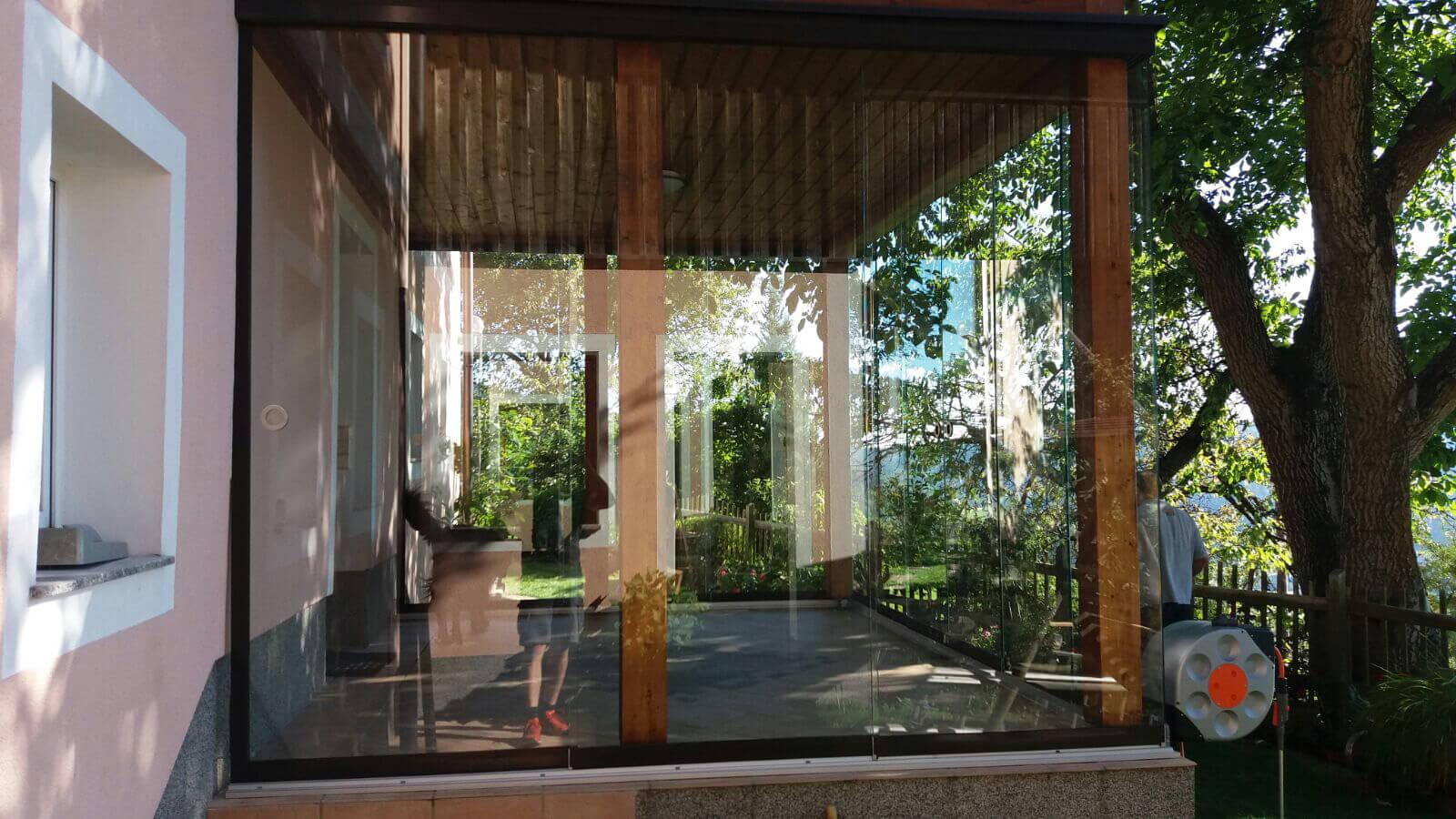 Holzkonstruktion mit Glasschiebetüren