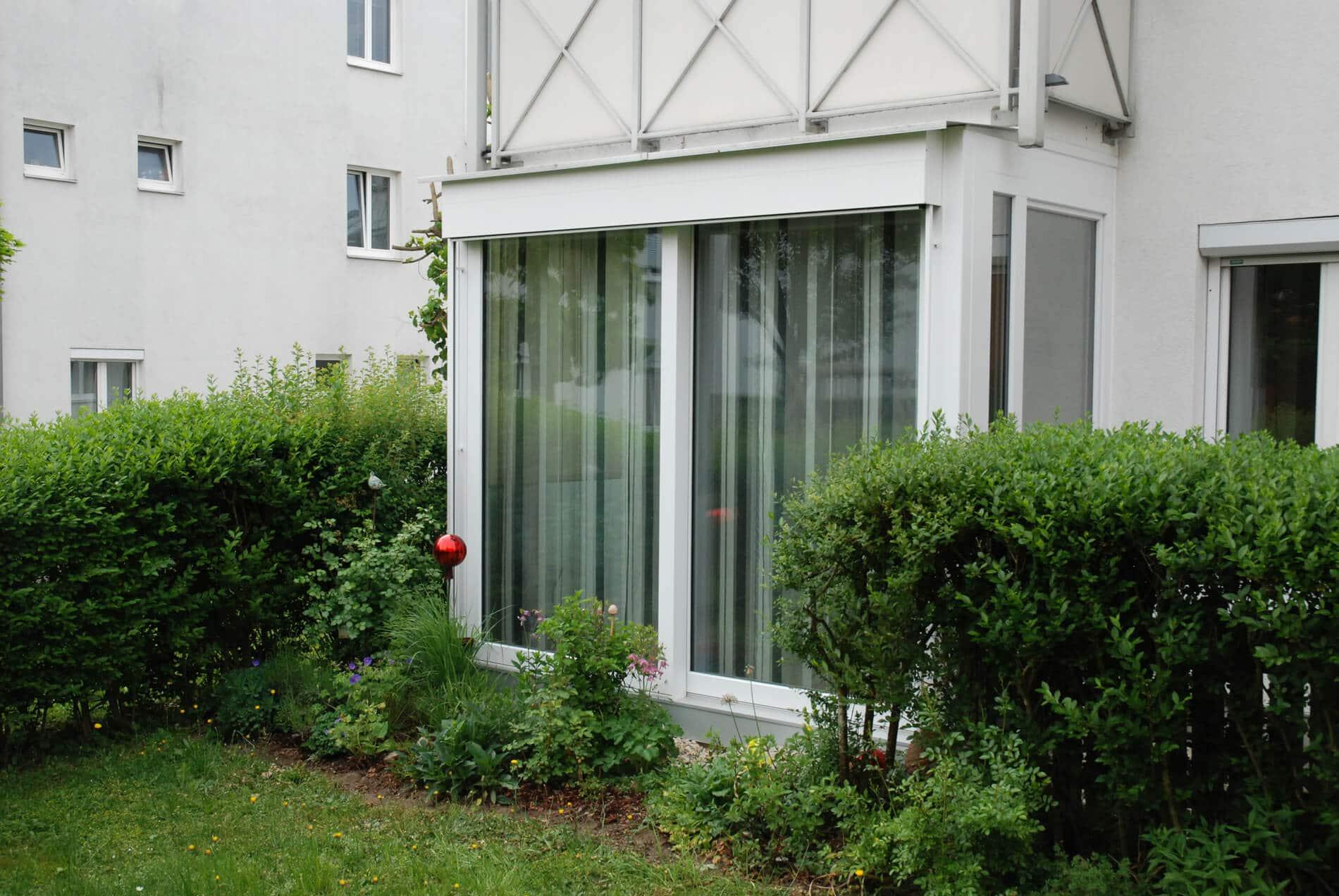 Kleiner Wintergarten unter Balkon